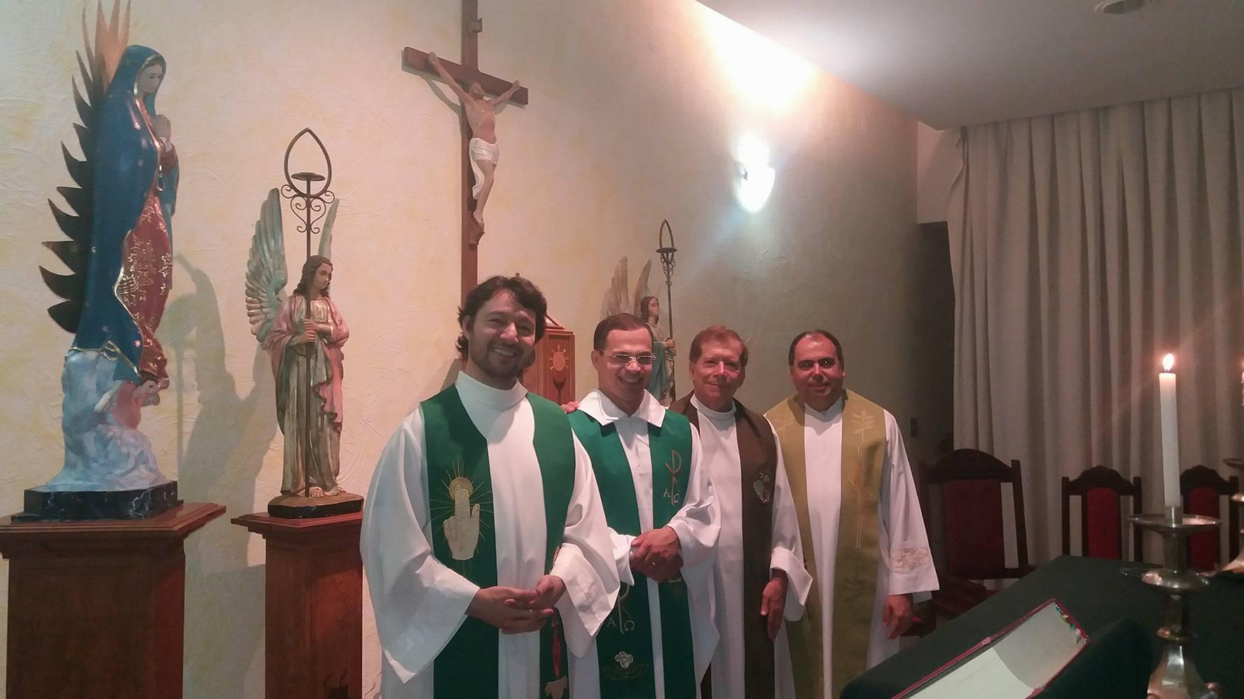 Pe. Alessandro preside a missa pela primeira vez no seminário