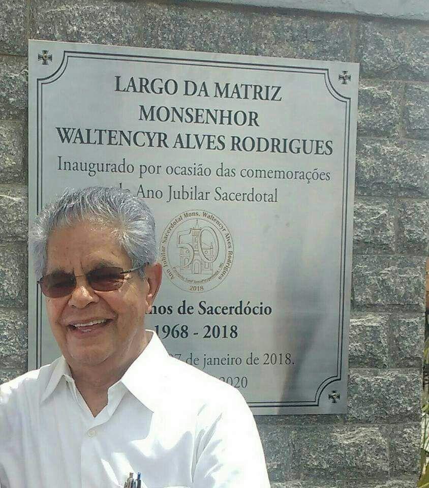 Paróquia Santana de Pirapetinga dá início ao Jubileu áureo de Monsenhor Waltencyr