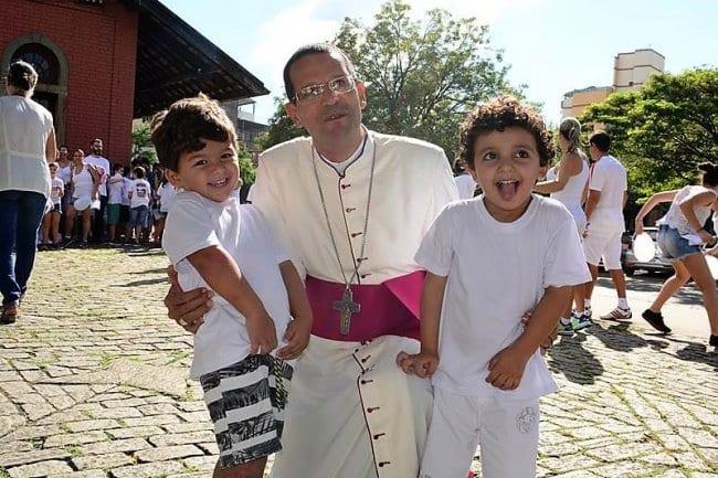 Manhã de sábado foi de caminhada pela paz em Cataguases Iniciativa foi promovida pelo Colégio Carmo como desdobramento do lema da Campanha da Fraternidade deste ano