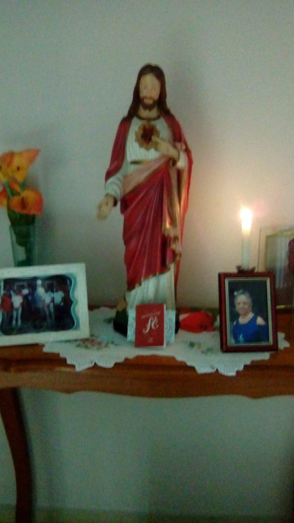 Fiéis montam altares em suas casas para rezar a Hora Santa.