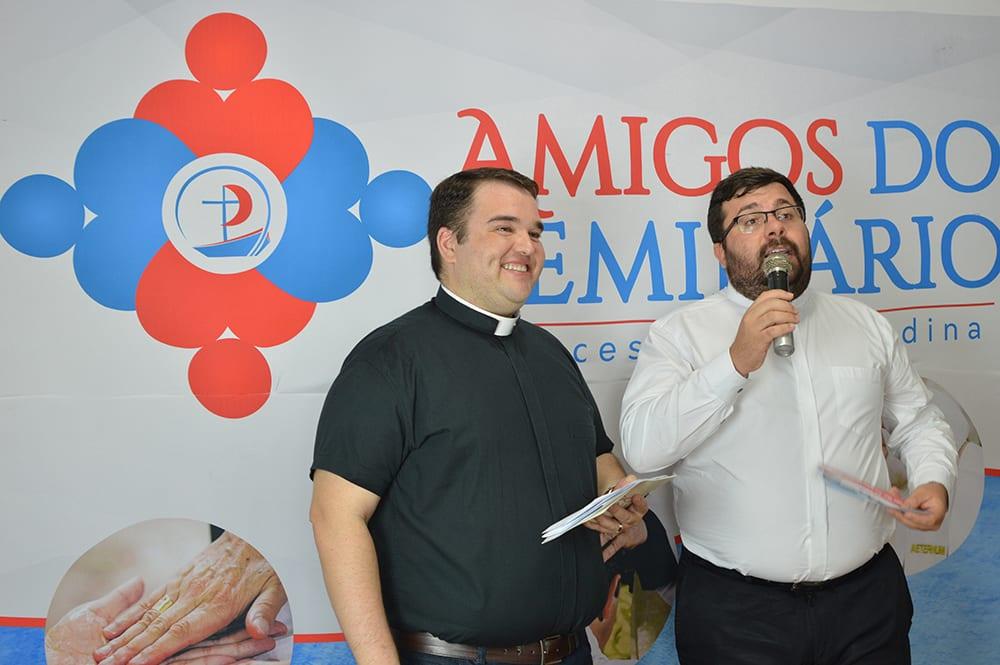 Os padres Agnaldo e João Victor