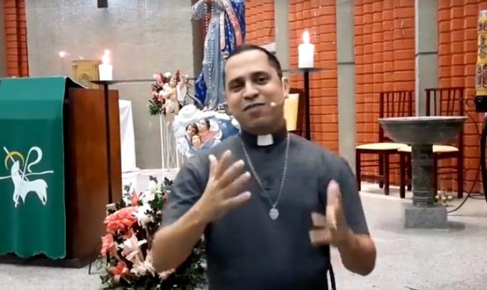 Padre Wanderson e banda animaram a live com canções católicas.