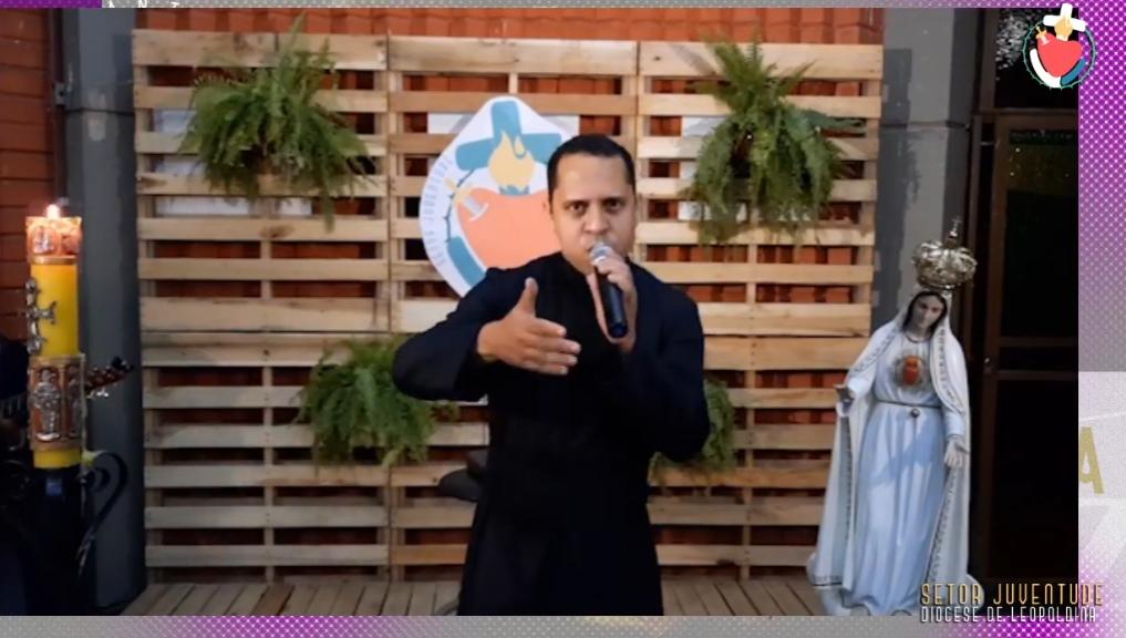 Pe. Wanderson Paulo em live musical transmitida pelas redes sociais da diocese.