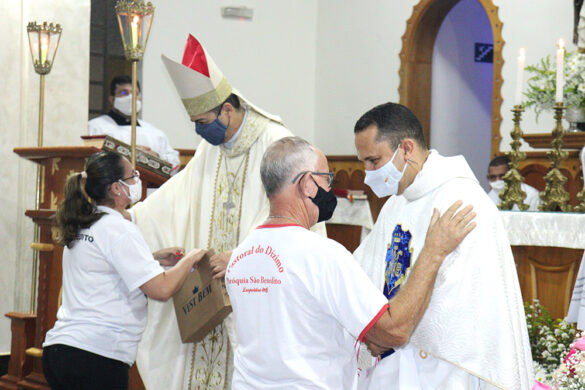 Pe. Wanderson toma posse como novo pároco da Paróquia São Benedito de Leopoldina.
