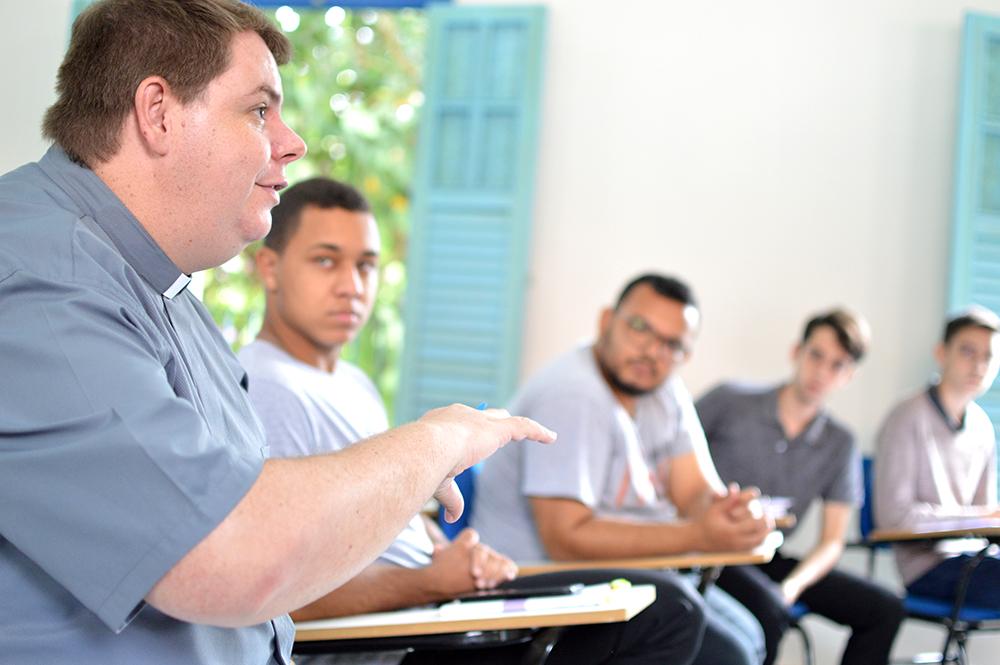 O diácono Fernando José de Freitas, professor do Seminário Nossa Senhora Aparecida, orientou os trabalhos.