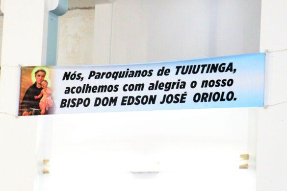 Em Tuitutinga, dom Edson administrada o Sacramento da Confirmação