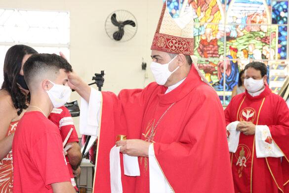 Bispo administra o Sacramento da Confirmação nas paróquias do Divino Espírito Santo de Ubá e Guarani.