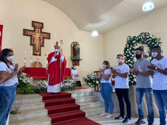 Em Palma (MG), dom Edson administra o Sacramento da Confirmação